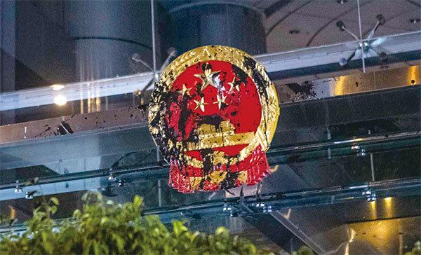 香港民眾怒襲中聯辦 矛頭直指中共