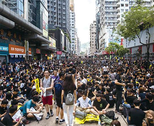 8.5全港大罷工 15萬人七區集會 警察狂放催淚彈 民眾扔回