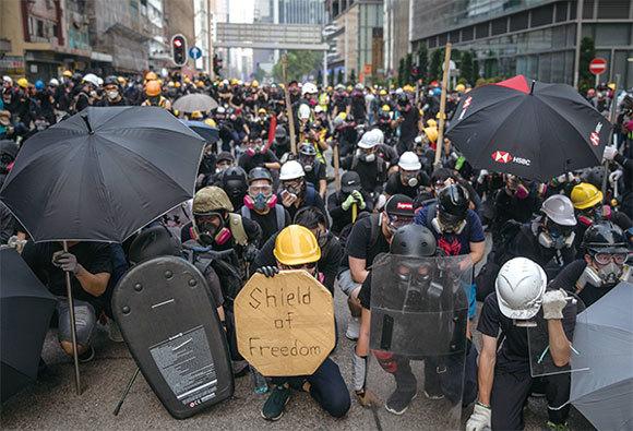 8.24,港警清場 示威者並肩對抗