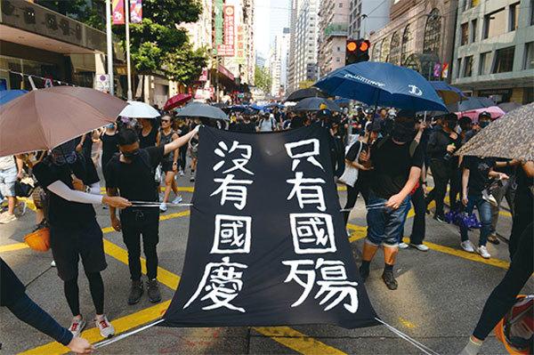 「十一」香港正邪較量 子彈擋不住傘海