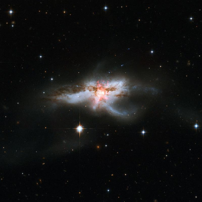 科學家首次發現三個超級黑洞同在一星系