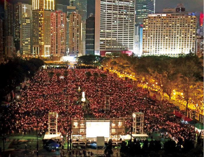 11.5萬港人點燭光照維園 29年堅持悼「六四」