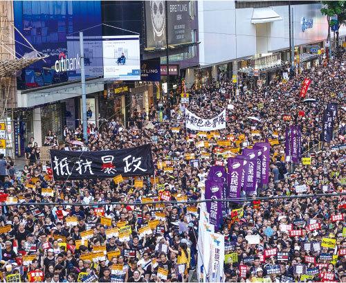香港「七一」遊行再創紀錄 55萬人上街拒暴政